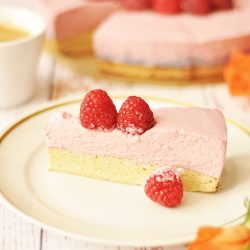 Keto Himbeer-Sahne-Torte mit Biskuitboden
